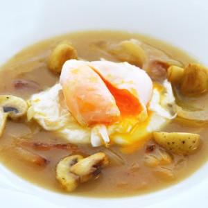 Sopa de ceba amb ou poché i xampinyons
